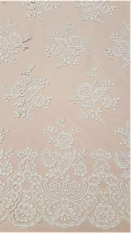 Τούλινη Δαντέλα σε εκρου χρώμα πανω σε υφασμα κρεπ σατεν